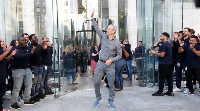 El CEO de Apple, Tim Cook, sorprende a los clientes en la reapertura de la tienda de la Quinta Avenida
