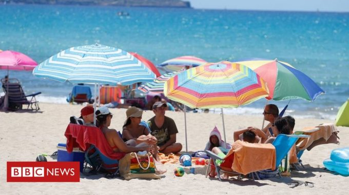 España dice que el país sigue abierto y seguro para los turistas a pesar de la advertencia del Reino Unido