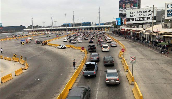 Largas filas para cruzar la frontera entre Estados Unidos y México durante la represión de los viajes no esenciales