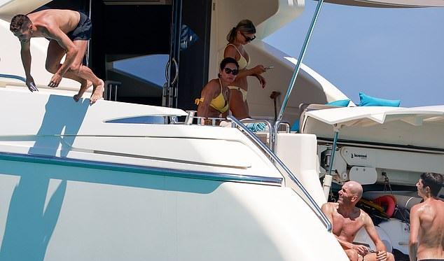 Mientras los feroces rivales del Barcelona implosionan, el técnico del Real Madrid, Zinedine Zidane, continúa con sus celebraciones de LaLiga mientras se relaja en un yate de lujo durante unas soleadas vacaciones familiares en Ibiza.