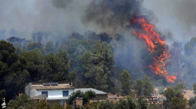 España: isla declara emergencia por incendio industrial