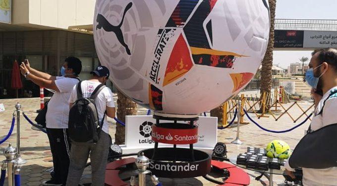 La nueva temporada de LaLiga arranca con una réplica gigante del balón oficial de PUMA en El Cairo
