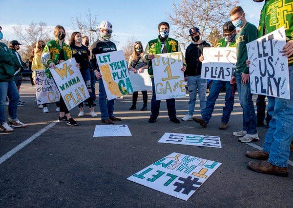 Los padres se reúnen en todo California para que los estudiantes vuelvan a practicar deportes