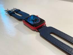 Cómo hacerlo: Haga coincidir las orejetas de cuero de la correa del Apple Watch para los modelos rojo y azul