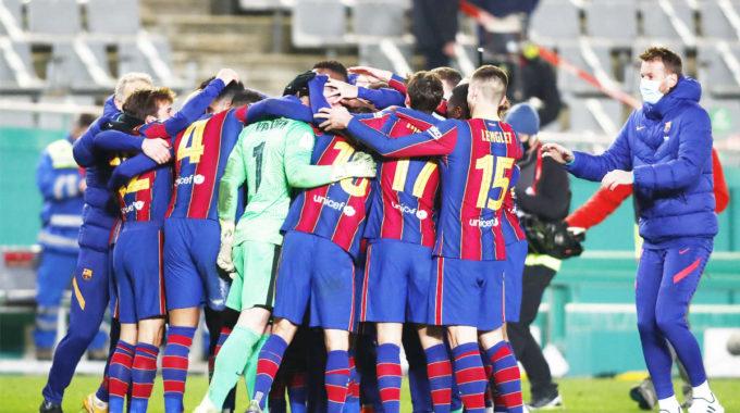 Tras una temporada sin trofeos, el Barcelona busca premio en la final de la Supercopa de España