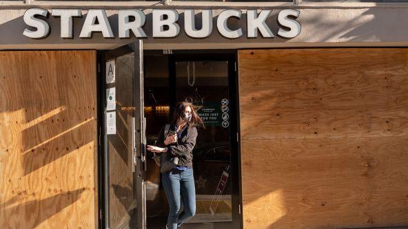 Starbucks cierra varias tiendas de Manhattan por posibles protestas