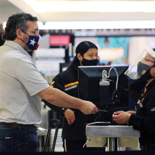 Ted Cruz bajo fuego por 'fotografías' en Houston luego de un controvertido viaje a México
