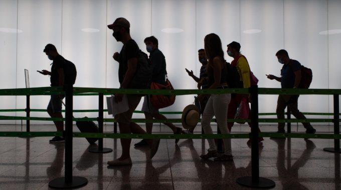 España endurece las restricciones de viaje a medida que aumentan las muertes